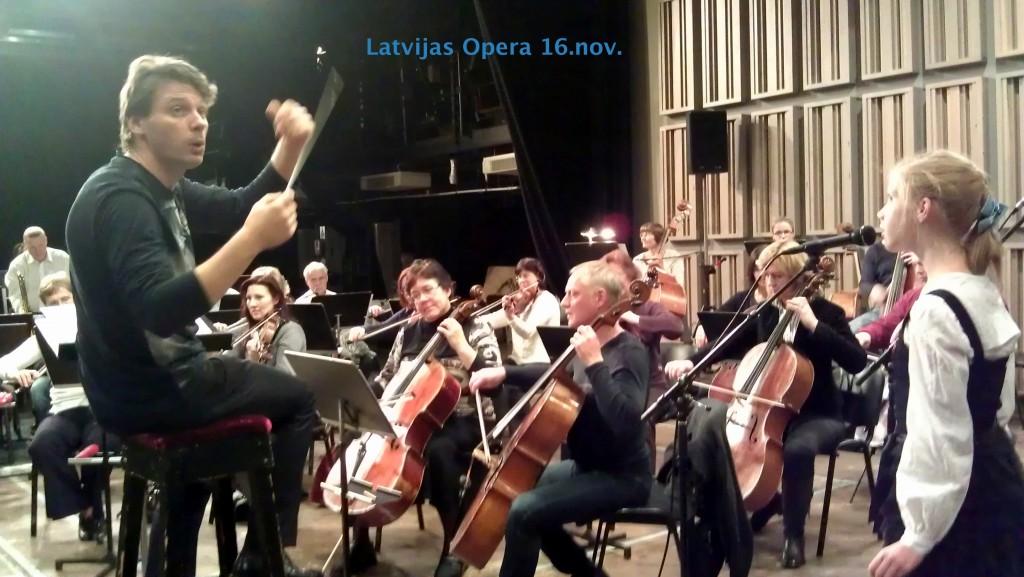 Liva Paleja megina ar orkestri un dirigentu Martinju Ozolinu Valsts svetku koncertam
