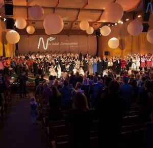 Nāc līdzās laureāti ieskandina labdarības akciju Nāc līdzās Ziemassvētkos 2013!